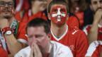 Bemalte Schweizer Fans im Stadion zeigen sich enttäuscht über die Niederlage.