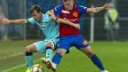 Nias Hefti vom FC Thun, (li.), im Kampf um den Ball gegen Basels Taulant Xhaka.