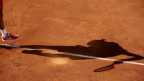 Schatten von Novak Djokovic auf dem Tennisfeld während Spiel bei Adria Tour.
