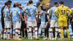 Der Cheftrainer von Manchester City, Pep Guardiola, gibt den Spielern Anweisungen.