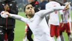 Zielsicherer Penaltyschütze: Verteidiger Ricardo Rodriguez schiesst das einzige Tor in der Partie gegen Nordirland. Auf dem Bild hält er wurfbereit ein zusammengeknülltes Fussballshirt in der Hand.