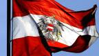 Österreichische Flagge im Wind.