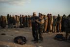 Ein Kämpfer der SDF durchsucht einen Verdächtigen in der Nähe von Baghuz.