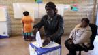 Wähler und Wählerinnen heute Morgen bei der Stimmabgabe in Soweto, Johannesburg.