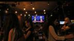 Die Menschen verfolgen in einer Bar in Istanbul das TV-Duell von gestern Abend.