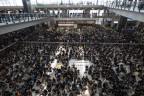 Tausende Demonstrierende besetzten gestern die Terminals im Flughafen in Hongkong - der Flugbetrieb musste eingestellt werden.