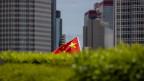 Eine chinesische Flagge in der Stadt Hongkong.