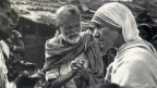Mutter Teresa 1960 mit Lepra-Patienten in Indien