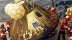 Die Apollo 13 Kapsel wird aus dem pazifischen Ozean geborgen.