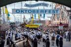 Menschen aus aller Welt feiern am Oktoberfest in München
