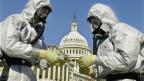 Spezialisten suchen vor dem US-Capitol nach Spuren des gefährlichen Bakteriums.
