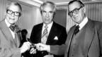 """Der schwedische Chirurg Ake Senning (Mitte), der Ingenieur Rune Elmquist (links) und der """"Vorzeigepatient"""" Arne Larsson (rechts), dem 1958 zum ersten Mal ein Herzschrittmacher eingesetzt worden war,"""