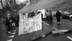 Demonstranten blockieren vor der Sondersession die Lerberstrasse in Bern