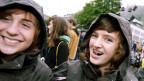 Junge Glarnerinnen freuen sich nach dem Entscheid an der Landsgemeinde.