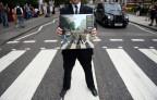 Die Beatles laufen über den Fussgängerstreifen an der Abbey Road