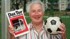 Gottfried Dienst 1996 mit dem Ball aus dem WM-Final 1966