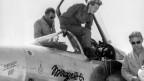 Die französische Pilotin Jacqueline Auriol steigt 1962 aus einem Kampfjet vom Typ Mirage