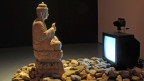 """Statue vor Fernseher wird gefilmt und """"betrachtet"""" sich selber."""