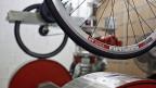Ein Rad auf dem Prüfstand beim Fahrradkomponentenhersteller DT Swiss AG in Biel.