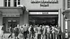 Massenauflauf vor der Spar- und Leihkasse Thun am 10. September 1991, bevor sie wegen Überschuldung im Oktober geschlossen wurde.