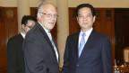 Schweizer Bundesrat Johann Schneider-Ammann (links) und  der vietnamesische Premierminister Nguyen Tan Dung vor ihren Gesprächen in Hanoi, Vietnam, am 24. Oktober 2013.