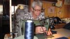 Pierina Senn näht seit 32 Jahren für die Heimarbeit Uri. Ihre Husquarna von 1911 wird sie behalten. Es gäbe immer etwa zu flicken.