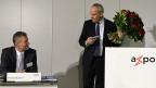Axpo-CEO Heinz Karrer (links) erhält von Präsident Lombardini Blumen - zum Abschied. Es war die letzte Bilanz-Medienkonferenz für Karrer.