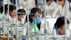 Näherinnen in einer Textilfabrik in Kaesong, einem interkoreanischen Industrieparkl.