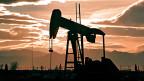 Geld, das Schweizer Pensionskassen in Konzernen anlegen, die auf fossile Energieträger wie Öl, Kohle und Gas setzen, ist ein grosses Risiko.