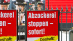 Ein Plakat zur Abzocker-Initiative am Strassenrand, am Mittwoch, 6. Februar 2013 in Luzern.