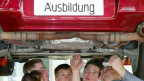 Auszubildende Automobilmechaniker des 3. und 4. Lehrjahres in Stuttgart.