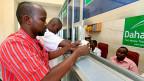 Ein Somalier lässt sich in der Hauptstadt Mogadischu eine Geldüberweisung ausbezahlen.