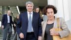Raoul Weil verlässt das Gerichtsgebäude, zusammen mit seiner Frau, als freier Mann.