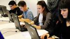 Jugendliche an der Berufsmesse in Zürich. Kleine und mittelgrosse Unternehmen bieten mehr als 80 Prozent aller Lehrstellen an. Grosse, internationale Konzerne dagegen engagieren sich nur wenig.