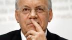 Wegen des starken Frankens sollen keine Arbeitsplätze verloren gehen, sagt Bundesrat Johann Schneider-Ammann zum Entscheid, ein weiteres Mal Kurzarbeit zuzulassen.