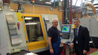 Der Firmenchef von Fraisa SA, Josef Maushart, (rechts) steht mit einem Mitarbeiter neben einer neuen Maschine.