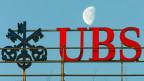 Abnehmend der Mond über der UBS-Niederlassung in Zürich - zunehmend die Sorge der UBS wegen steigender Negativzinsen.