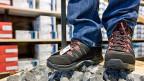 1,5 Millionen Franken Euro-Rabatte hat ein Schuh-Importeur seiner Kundschaft gewährt. Er hat diese aus der eigenen Tasche bezahlt, versucht aber jetzt, einen Teil davon nachträglich auf die Lieferanten im Euroraum abzuwälzen.
