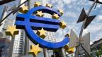 Euro-Logo am Eingang der EZB in Frankfurt.