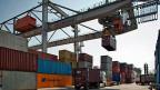 Containerverlad im Hafen von Kleinhüningen. Die ungünstigen Exportaussichten und die Furcht vor einer Rezession in der Schweiz - ebenfalls eine Folge des Frankenschocks -lassen Schweizer Einkäufer vorsichtig sein.