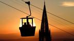 Mit dem zunehmenden Autoverkehr fällt der Busverkehr schnell einmal zusammen. Eine Seilbahn könnte hier Abhilfe schaffen und den Stau umgehen.  Bild: Seilbahn auf den Schlossberg im deutschen Freiburg.