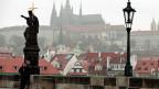 Blick über Prag. Tschechien liegt attraktiv – mitten in Europa, an Deutschland und Österreich angrenzend und nach wie vor mit guten Beziehungen ostwärts bis nach Russland. Die Leute sind gut ausgebildet und die Arbeit ist viel billiger als in der Schweiz.