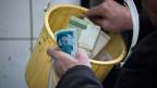 Seit gut drei Jahren ist der Iran von den internationalen Finanzströmen fast vollständig abgeschnitten. Geld kann weder ins Ausland überwiesen noch von dort empfangen werden.