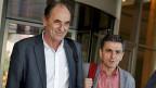 Die Sitzung in Athen zwischen der griechischen Regierung und den internationalen Geldgebern von IWF, EU und EZB hat die ganze Nacht gedauert. Bild: Griechenlands Wirtschaftsminister Stathakis und Finanzminister Tsakalotos beim Verlassen des Hotels, in dem das Treffen stattgefunden hat.