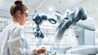 Die neuen Roboter sollen keine Gefahr mehr sein. Sie können sehen mit Kameras; und Sensoren geben ihnen die nötigen Informationen, wenn sie einem Menschen zu nahe kommen.