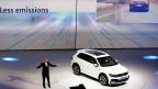 «Less Emissions», weniger Emissionen - Werbeveranstaltung am 14. September in Frankfurt. VW wird in nächster Zukunft vielleicht einen Werbeslogan wählen, der weniger Rückfragen provoziert.