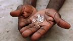 Absolute Sicherheit gibt es nicht, da das Diamantengeschäft international ist. Seit 2002 gibt es für Rohdiamanten zwar das «Kimberley-Zertifikat»: Herkunftsländer müssen bestätigen, dass beim Handel mit ihren ungeschliffenen Diamanten keine Rebellengruppen daran verdienen. Doch gerade das ist der Schwachpunkt - denn nicht nur Rebellengruppen morden und plündern.