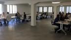 Auf der einen Seite sitzt jeweils der Berufsbildner eines Unternehmens, das eine Lehrstelle zu vergeben hat; auf der anderen Seite Jugendliche, die eine Lehrstelle als kaufmännische Angestellte suchen.
