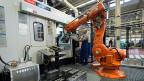 Niemand ist unersetzlich: Künstliche Intelligenz und Roboter bedrohen Arbeitsplätze – Thema auch für die Gewerkschaften. Bild: Produktionshalle bei Bucher Hydraulics im Berner Oberland.