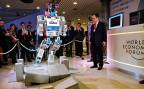 Es seien viele Roboter bei den Aufräumarbeiten nach der Atomkatastrophe in Fukushima zum Einsatz gekommen, sagt Forscher und «Hubo»-Designer Oh Jun-Ho. Viele scheiterten aber bereits an einfachen Aufgaben wie Türen öffnen, Treppen steigen, bohren, sägen. Deshalb hat Hubo starke Arme und Beine und einen ausgeprägten Gleichgewichtssinn. Bild: Roboter «Hubo» am WEF.